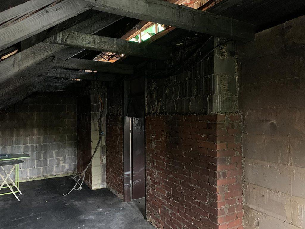 Ena od mnogih pogorelih sob v hiši