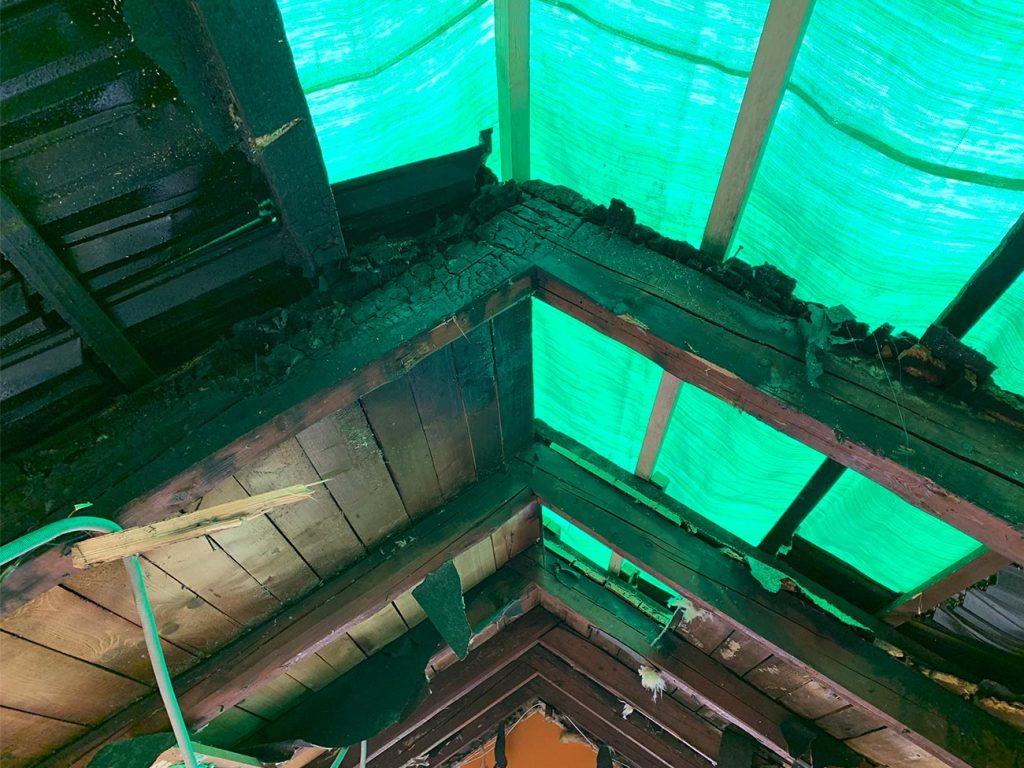 Pogorela streha z začasno zaščito pred dežjem