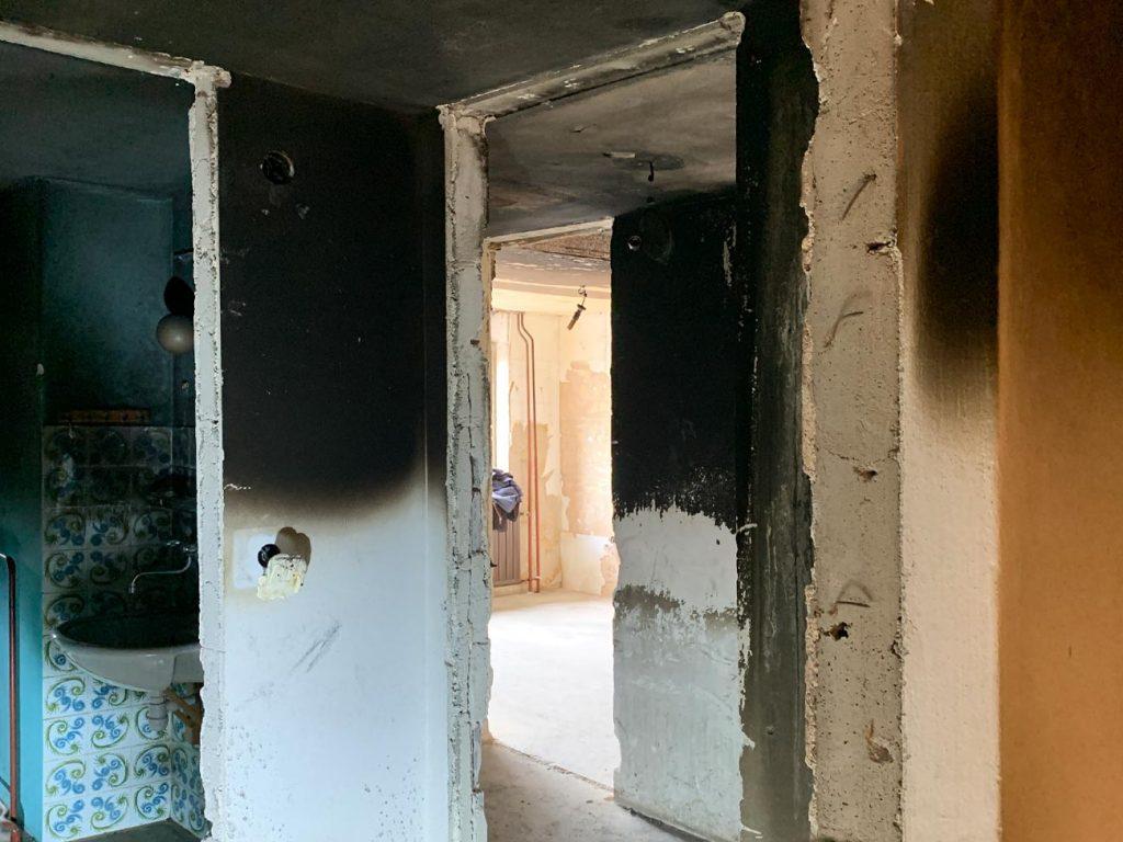 Popolnom pogorelo 1. nadstropje Vauhove hiše