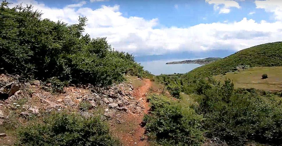 Andi Qyqja in albanski trejli